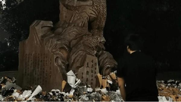 袁隆平雕像前布满花海!袁老遗体已送往殡仪馆,市民围满长沙城!